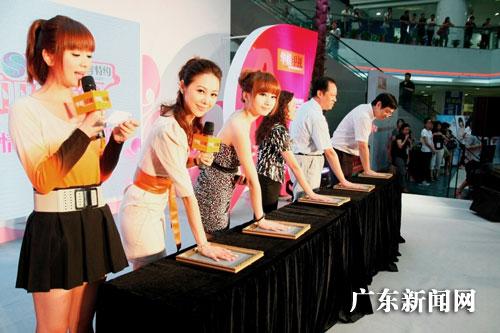 华娱成人_华娱卫视美女主持现身广州关注乳房健康