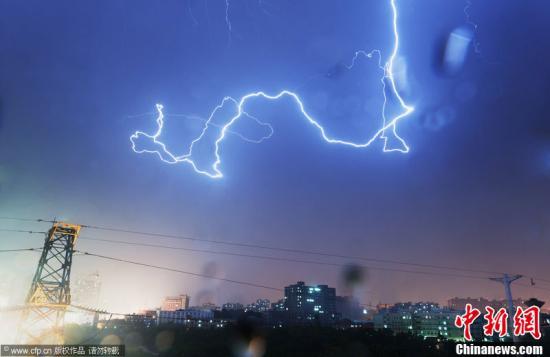 大部分地区上空风雨大作,电闪雷鸣,位于西部的吉首还出现冰雹、图片
