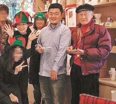 2012年圣诞夜,富商陈进福(右)在妈妈嘴咖啡店餐加店长谢依涵(左二)生日聚会,老板吕秉宏(右二)也一起庆祝。图片来源:台湾《中国时报》