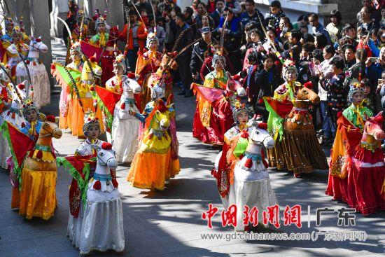 2月11日,潮州饶平霞西布马舞队吸引市民夹道观赏。