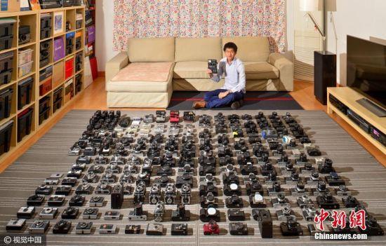 腾空整个客厅,整理40个收纳箱,铺1万张135底片面积大小的灰色地毯,摆满自己收藏的210台古老相机,就为给它们拍张全家福。2017年的这个春节成都小伙子李康足不出户,就捣腾这一件事。 2015年10月李康精选了30台相机拍了张照片来纪念自己的30岁生日。2017年他决定选210台拍张超大全家福纪念自己收藏相机10周年,因为他太爱相机了。 图片来源:视觉中国
