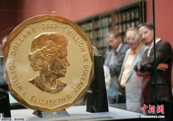 """被盗金币属""""大针枫叶"""",由加拿大皇家铸币厂于2007年铸造,因其999.99纯金而被列入吉尼斯世界纪录大全。硬币直径53厘米、厚3厘米,一面印有英女王伊丽莎白二世的头像,另一面则是枫叶图案。(资料图)"""