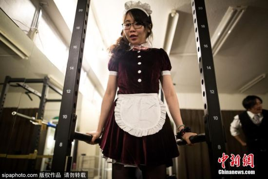 当地时间2017年4月2日,日本东京秋叶原,宅男们的福利来了,日本除了女仆咖啡店之外,最近又将推出一项新的企划――女仆健身房。女仆健身房计划将在日本东京秋叶原开业,健身爱好者能感受到来自于女仆无微不至的关怀,一对一的服务,让你在运动和训练时享受到来自女仆的精心呵护,让热爱运动的宅男感觉很幸福。图片来源:Sipachina 版权作品 请勿转载