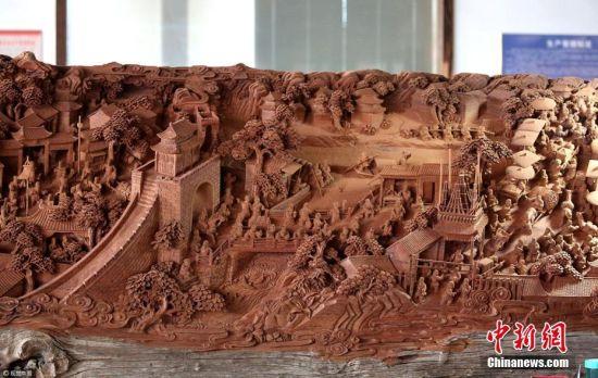 2017年4月9日,江苏南通海安的工匠耗时7年雕刻了一件直径1.5米,长18米,重20多吨的《清明上河图》。作品采用园雕、根雕、镂空雕等手法,画面场景生动逼真,人物栩栩如生,树木经脉清晰可见,生动记录中国十二世纪北宋汴京城市面貌和当时社会各阶层人民的生活状态。 向中林 摄 图片来源:视觉中国