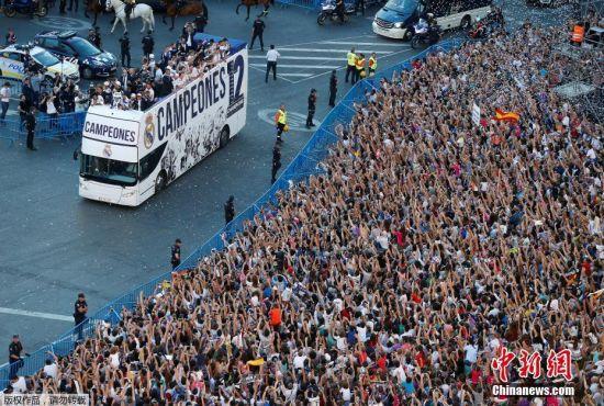 皇马举行欧冠夺冠庆典 拉莫斯高举大耳朵杯(2)图片