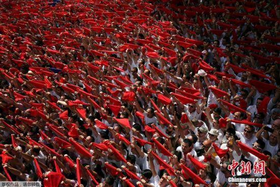 当地时间2017年7月6日,西班牙潘普洛纳,狂欢者庆祝圣佛明节。圣佛明节又叫奔牛节,7月6日是西班牙的圣佛明节,这一天,会有颈间系着红领巾,带着红帽,穿着传统服装的男子在街头举行游行活动。一年一度的西班牙潘普洛纳奔牛节拉开序幕,最为重要的奔牛活动将从7日开始。奔牛节是潘普洛纳的传统节日,其历史可以追溯到1591年。目前每年都吸引数十万人参加。