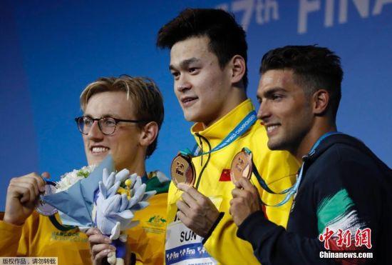 中国奥运冠军孙杨7月23日在2017年国际泳联世锦赛男子400米自由泳决赛中以3分41秒38夺冠,比亚军澳大利亚选手霍顿快了近2秒50。意大利选手戴帝夺得季军。孙杨在颁奖典礼上更是激动的流下了热泪。