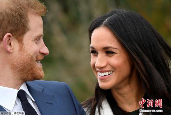 当地时间2017年11月27日,英国伦敦,英国哈里王子和女友梅格汉・马克尔在肯辛顿宫的花园拍摄官方照片宣布订婚。
