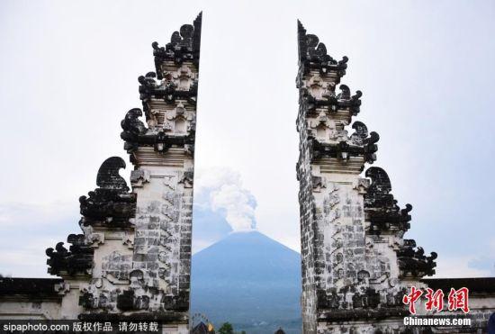 当地时间11月28日,印尼巴厘岛阿贡火山持续喷活跃中,附近植物覆盖火山灰。图片来源:Sipaphoto 版权作品 禁止转载