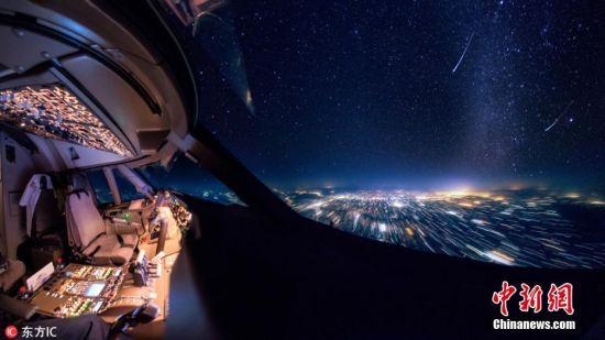"""1月2日消息,如果你对在路上的生活感觉厌倦,那么这些飞行员日常拍摄的照片一定会令你羡慕不已。Christiaan van Heijst在驾驶员座舱拍摄的这些照片让人可以看到很多不常见的画面。波音747-8运输飞机飞行员Christiaan看过雷暴雨、流星、以及从云上目睹的日落美景。他有过在天空俯瞰高山的经历,看过如地毯一般的云,以及城市的夜景。不得不说,飞行员的办公室有着绝佳的视野。34岁的Christiann来自荷兰,他说:""""这些照片让人体会到飞在空旷的天空是什么感觉,是一种孤立的浩瀚感,那里既没有其他人,也没有任何自然界的动物。"""" 图片来源:东方IC 版权作品 请勿转载"""