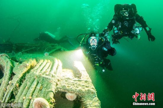 2018年1月2日讯(具体拍摄时间不详),英国斯卡帕湾,英国一位叫作帕特・冯在斯卡帕湾潜水度过了自己80岁的生日。帕特・冯是5个孩子的祖母,她选择在80岁生日时,潜水到一艘在一战中沉没的军舰残骸附近。她潜水达35米深,以此鼓励更多女性尝试这一项她深爱的运动,她从67岁开始练习潜水,曾在马尔代夫进行过潜水,在那之后,帕特还在墨西哥、加勒比海和埃及进行过潜水。图片来源:视觉中国