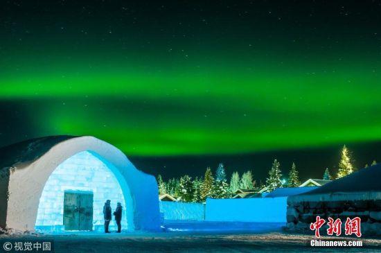近日,瑞典朱卡斯亚维村,瑞典冰雪酒店已在今年冬季重新开放,来自17个国家的36位艺术家参与了设计。自1989年以来,酒店每年都会在位于北极圈以北200公里处的瑞典朱卡斯亚维村庄重建,位置靠近托尔纳河河畔。今年,艺术家们使用3万立方米的冰雪建造了冰雪酒店,用 500吨晶莹剔透的天然冰制作了玻璃和冰雪酒吧。酒店拥有35个设计独特的豪华套房、一个冰雕礼堂和一个全新的儿童乐园。在主厅里,1000个手工抛光的冰晶被制作成引人注目的吊灯。在冰雕礼堂中,有200个手工雕刻的植物装点着墙壁。 图片来源:视觉中国