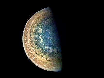 NASA称,航天器距离行星约137264至200937公里,图像以南纬84.1至75.5度的纬度为中心。 图片来源:NASA官网