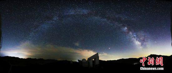 8月7日,中国科学院国家天文台在北京举行中国国家重大科技基础设施郭守敬望远镜(英文简称LAMOST)一期巡天科学成果新闻发布会称,LAMOST已圆满完成一期光谱巡天观测,共发布光谱901万条(每条光谱对应一个天体),其中高质量光谱777万条,并确定534万组恒星光谱参数。LAMOST是中国天文学家自主创新研制的一架主动反射施密特天文望远镜,它突破了天文望远镜大口径与大视场难以兼得的瓶颈,是世界上口径最大的大视场望远镜,也是目前世界上光谱获取率最高的望远镜。图为银河系下的LAMOST――国家天文台。 中新社发 中科院国家天文台 摄