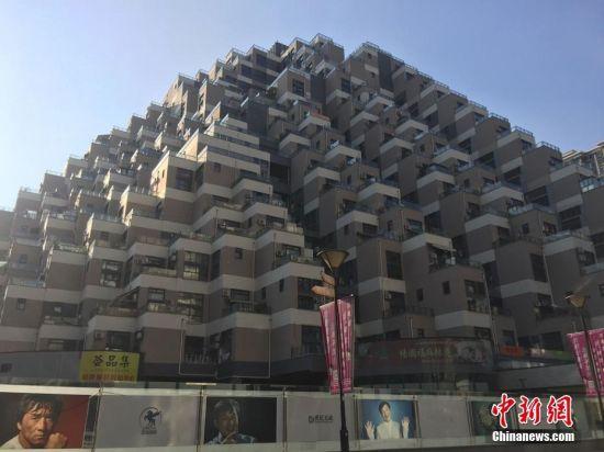 """日前,江苏花桥""""金字塔式""""山体建筑因独特建筑外观,自下而上向内缩进的新颖设计,在国内外社交平台上引发热议。9月5日,记者走近该楼进行实地探访。据工作人员介绍,这里于2013年建成投入使用,总建筑面积达13万平方米,由三幢山体式建筑组成,就像搭起来的乐高积木。黄莹 摄"""