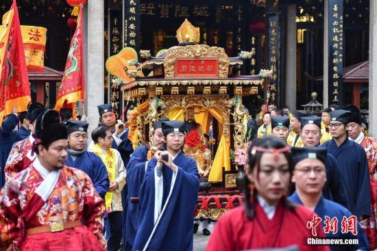 """2月24日,广州市道教界人士使用轿子将""""城隍爷""""抬出都城隍庙。当日,源于古代城隍庙祭的城隍祈福文化活动在广州都城隍庙举行。中新社记者 陈骥�F 摄"""