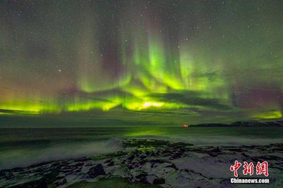 """湖北摄影师薛扬日前远赴俄罗斯北部小镇捷里别尔卡开启""""逐光之旅"""",他在当地蹲守三天,拍摄到瑰丽的极光照片。画面上,绚丽璀璨的极光在夜空中闪耀舞动,光影变幻,美轮美奂,如临梦幻世界。捷里别尔卡位于巴伦支海沿岸(北冰洋陆缘海之一),地处北极圈之内的极光带上,是俄罗斯境内极光最佳观赏点。据不完全统计,这里每年9月至次年4月都有机会看到极光。薛扬 摄"""