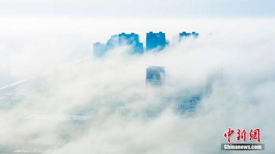 2月26日早晨,江苏省盐城市出现难得一见的平流雾景观,整个城市笼罩在大雾之中若隐若现,宛若仙境。孙华金 摄