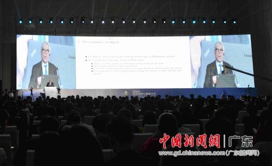 2018诺贝尔经济学奖得主保罗•罗默教授在台上演讲。姬东摄