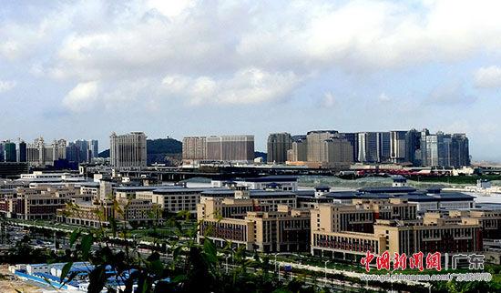 横琴新区的澳门大学新校区与澳门紧密相邻。姬东 摄