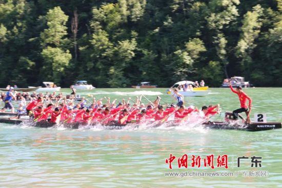 第28届艾格丽萨国际龙舟邀请赛(简称艾格丽萨龙舟赛)中,中国龙舟健儿奋力拼搏、力争上游。图为比赛现场。麻涌宣供图。