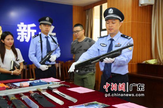 警方展示缴获的作案枪支。 严家乐 摄