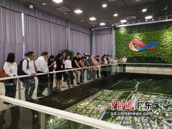 21家大湾区法资企业代表考察中新广州知识城。作者:郭军