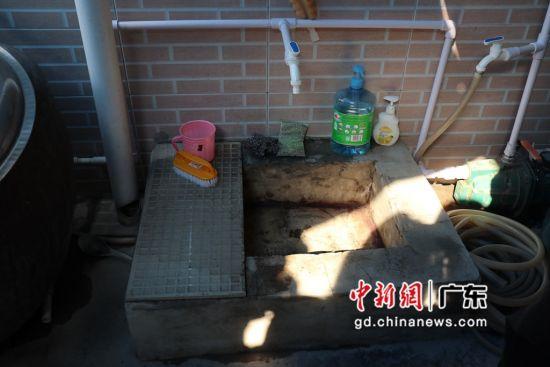 朝南区桃陈社区居民家中可见到新修好的污水管 卢育辛摄