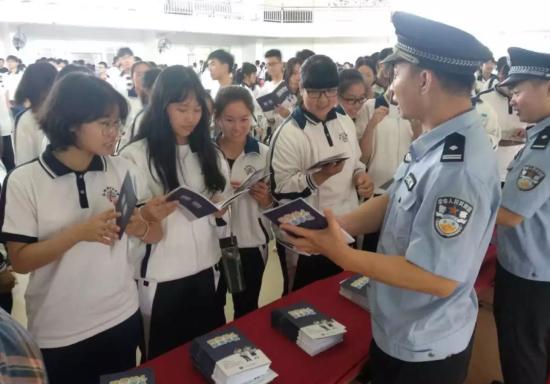 """陆丰市网警大队组织开展网络安全""""进校园、进社区、进企业""""宣传活动"""