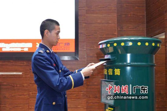 启动仪式现场,宋宜江寄出家书。团广州市委摄。