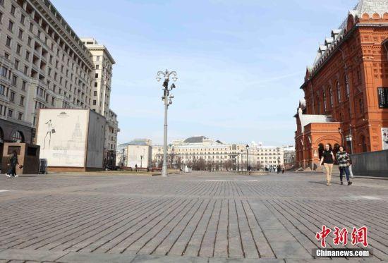"""当地时间3月28日,莫斯科进入""""准封城""""状态。红场附近行人稀少。面对日益严峻的新冠肺炎疫情,莫斯科市政当局不断升级防控措施。截至当日,全俄累计感染新冠病毒人数达到了1264人,其中817例出现在莫斯科。目前,莫斯科绝大多数公共场所已被陆续关闭。中新社记者 王修君 摄"""