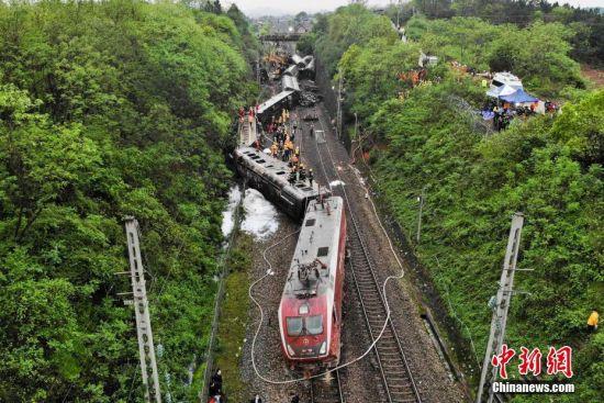 京广铁路郴州段线路塌方致T179次列车侧翻