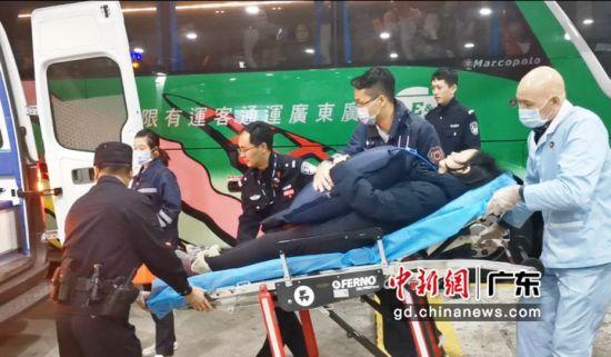 皇岗边检青年民警在口岸及时救助突发疾病旅客。 深圳皇岗边检站 供图