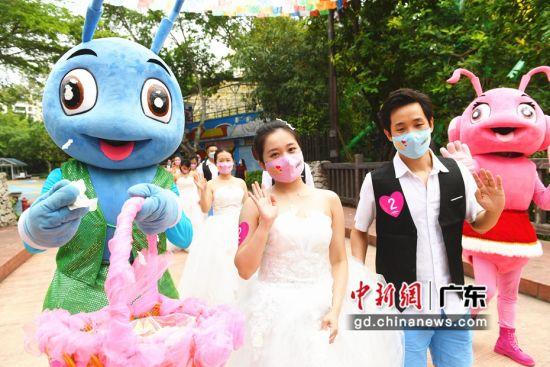 """图为""""最美新人""""在深圳欢乐谷参加以""""用爱重启,相守一生""""为主题的520公益过山车婚礼。(通讯员 古珊 摄)"""
