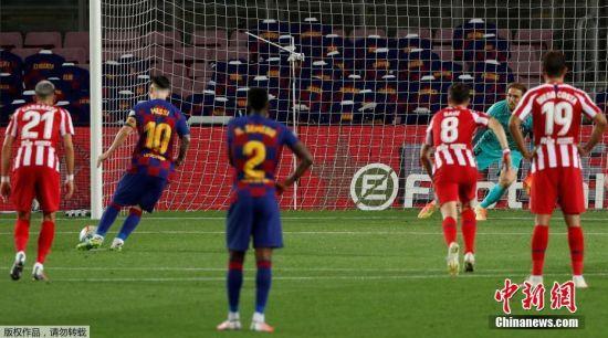 北京时间7月1日凌晨,西甲第33轮比赛中,巴塞罗那主场迎战马德里竞技,下半场,梅西主罚点球命中,完成自己职业生涯的第700个进球。梅西完成这一成就,仅用了862场比赛。最终,巴塞罗那2:2战平马竞。图为梅西在比赛中主罚点球。