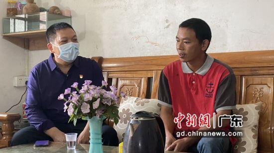 清远清新区税务局驻村干部成介焕在陈明佳家里了解其家庭、工作及收入等情况。郭军摄影