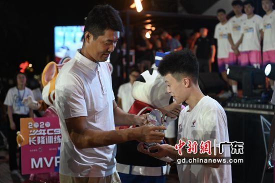 首期少年CBA长隆训练营收官篮球明星王仕鹏颁奖――中国新闻网・广东