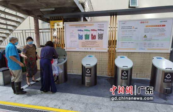 图为居民使用智能地埋式垃圾桶。迈睿环境 供图
