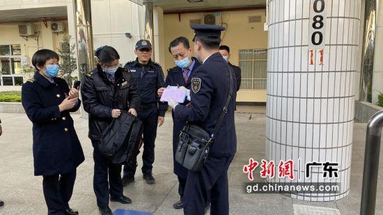 列车长袁海龙与樟木头站客运员、值班干部以及铁路公安进行失物交接。庞嘉耀摄影