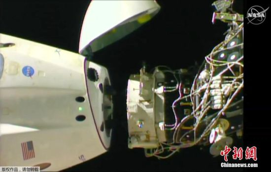 """3月8日,美国太空探索技术公司(SpaceX)的载人版""""龙""""飞船脱离国际空间站返航。据报道加拿大宇航员圣雅克在俄罗斯宇航员科诺年科的帮助下关闭了""""龙""""飞船舱门。图片来源:NASA TV"""