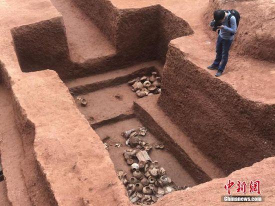 广州市文物考古研究院近期对广州横枝岗古墓葬进行了抢救性考古发掘。目前已清理墓葬57座,其中汉葬11座、晋南朝墓13座、唐墓2座、宋墓1座,出土陶器、青铜器、铁器、珠饰等文物近500件(套)。12月24日,记者跟随考古员近距离拍摄了该墓葬群。索有为 摄